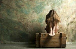 Mujer-enfadada-subida-a-un-baúl-2-305x200