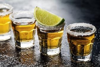 bebida-com-alcool-saborosa-com-tequila-de-cocktail-com-lima-e-sal-no-fundo-escuro-vibrante-fechar-se-horizontal_1220-1523
