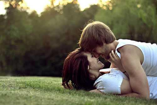 Casal-se-beijando-no-parque.jpg